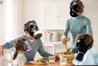 آلودگي هوا در منازل: عوامل اصلی آلودگی هوای داخل خانه ها و مكان هاي عمومي آلاینده های شیمیایی ناشی از منابع درون ساختمان مانند بخاری ها، شومینه ها، آبگرمکن ها، اجاق ها، آلاینده های خروجی از اگزوز ماشین ها در پارکینگ، آتش زدن برگ ها، دود سیگار و آلاینده های شیمیایی ناشی از منابع بیرونی می باشند که این آلاینده ها باعث عوارضی مانند، سرگیجه یا سردرد، کاهش عملکرد صحیح ریه، عدم هوشیاری، تهوع و استفراغ، خستگی، تپش قلب، سوزش مجاری تنفسی فوقانی و چشم، خس خس کردن و انقباض مجاری تنفسی، سرفه های مداوم، افزایش سطح کربوکسی هموگلوبین خون، افزایش دفعات آنژین در بیماران قلبی با انسداد شریان می گردد.مهمترین و خطرناک ترین گازهای متصاعد شده از منابع آلاینده سوختنی در منازل و محیط های بسته منوکسید کربن، دی اکسید نیتروژن و دی اکسید گوگرد می باشد. با دستگاه تصفيه هوا هون لند سلامتي را به خانه بازگردانيد.